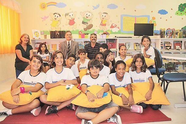 A professora Angela e seus alunos leitores apresentam aos vereadores Chico Peres e Paulo Renato e o espaço destinado às atividades de leitura (Foto: Edimilson Soares)