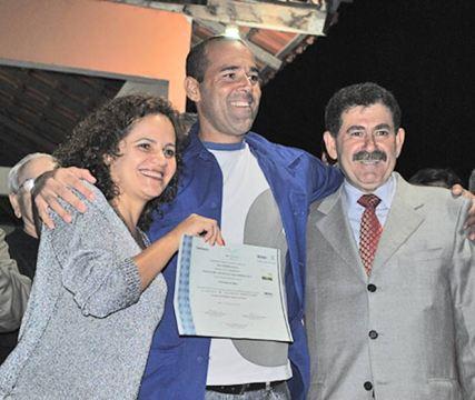 O aluno do Pronatec recebe certificado da prefeita Franciane e do deputado Paulo Melo (fotos: Agnelo Quintela)
