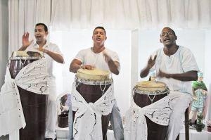"""Os """"ogans"""", que tocam os tambores no terreiro, desempenham um papel de destaque no ritual da umbanda"""