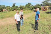 Zequinha e Kilinho apontam o local onde será construído o Posto de Saúde, uma antiga reivindicação  da comunidade