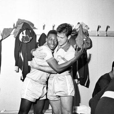 Foto da exposição: Junho/1958 - Bellini abraça o garoto Pelé  no vestiário, provavelmente após a vitória por 2 a 0 contra a URSS  no estádio Nya Ullevi, em Gotemburgo, no jogo que marca a estreia  do Rei e de Garrincha em Copas do Mundo (Divulgação)