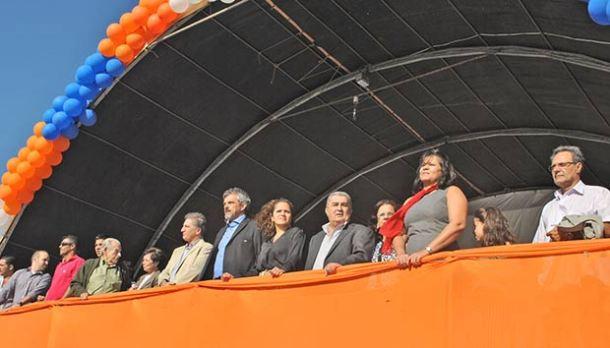 No palanque, autoridades municipais assistem ao desfile temático (fotos: Agnelo Quintela)