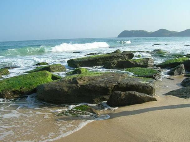 """Na praia de Jaconé, as """"beachrocks"""", pedras descritas por Charles Darwin quando esteve na região, em 1832, fazem parte do Geoparque Costões e Lagunas, que vai de Ponta Negra, onde será instalado o Porto, até Macaé (Divulgação Geoparque)"""