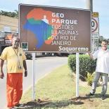 Em Bacaxá, o funcionário do DER e o secretário de Meio Ambiente, Gilmar Magalhães marcando o momento de instalação da placa do Geoparque (Agnelo Quintela)