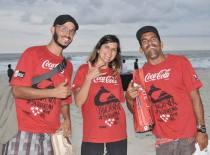 Os educadores ambientais Igor Camacho, Shantala Torres e Sol Angel Laconi promoveram atividades de conscientização nas areias da praia de Itaúna (Divulgação)