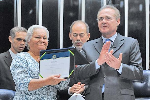 O orgulho de Maria Prestes ao receber o diploma de senador  de Luiz Carlos Prestes, cassado em 1948 (Agencia Senado)