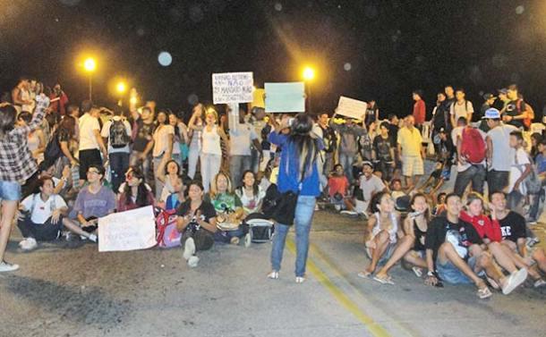 O 2 º ato leva às ruas, estudantes, que fecharam a ponte Darcy Bravo por meia hora em protesto por melhorias no transporte público do município (Paulo Lulo)