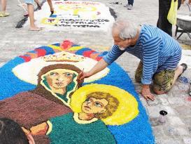 O artista plástico Nelsinho e o belo tapete de sal, uma obra de arte (Paulo Lulo)