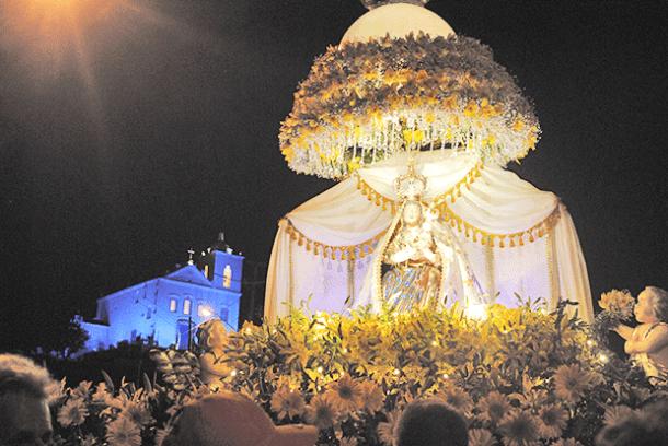 A imagem da santa segue em andor pela cidade (Foto: Paulo Lulo)