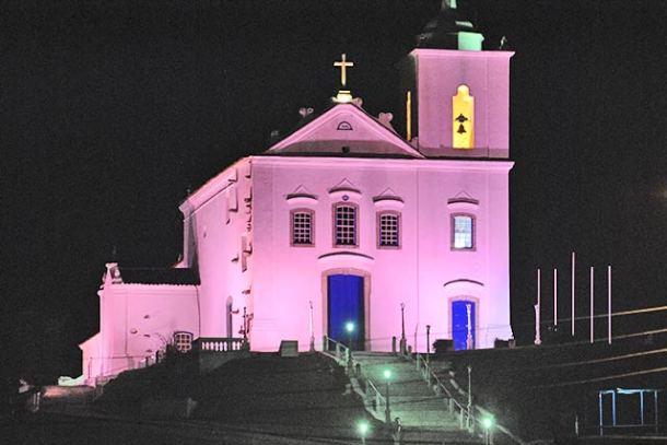 Igreja de Nossa Senhora de Nazareth iluminada de rosa em homenagem à mobilização (Foto: Agnelo Quintela)