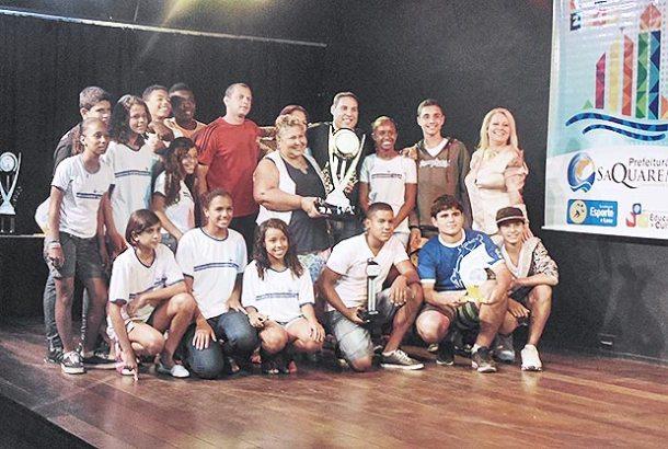 Terceiro lugar geral na competição, o Centro Municipal de Educação Padre Manuel conquistou também o troféu de melhor torcida (Foto: SECOM-PMS)