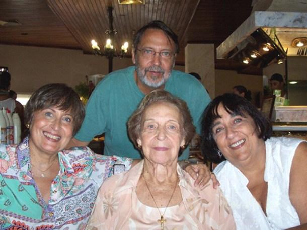 A saudosa Claudina Rosa com os fi lhos Beatriz Dutra, Lucia Rosa e Joel Dutra Junior (Foto: Arquivo Pessoal)