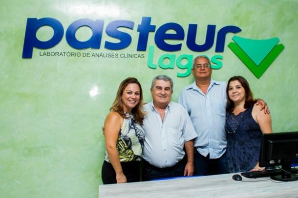 A biomédica Andréa Martins e seu pai, o vice-prefeito Zequinha Martins, o presidente do grupo SAF Lagos e do Laboratório Pasteur, Sergio Nolasco e sua esposa Lenice (Foto: Divulgação)