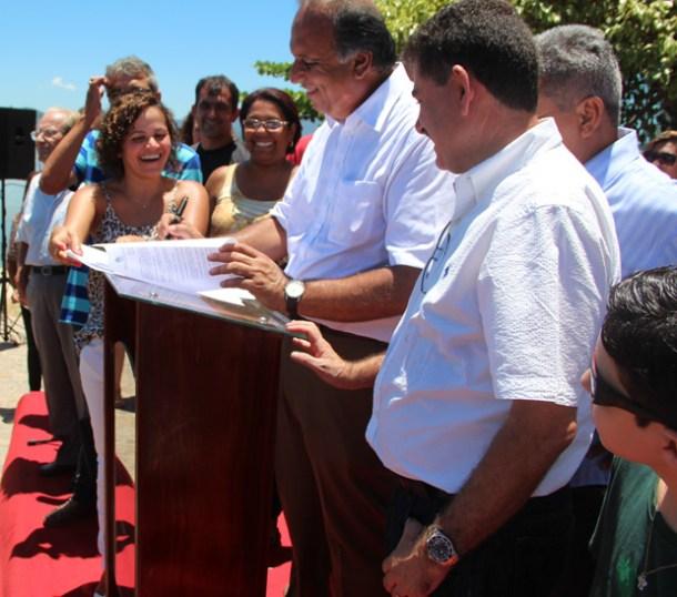A prefeita Franciane, o vice-governador Pezão e o deputado Paulo Melo na assinatura dos contratos (Foto: Edimilson Soares)