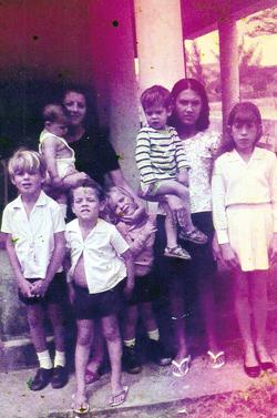 Leda, ao fundo, com seus 5 filhos na casa do Rio Mole invadida pela polícia (Arquivo Pessoal)