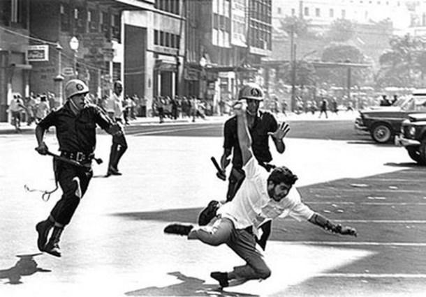 Esta foto clássica de Evandro Teixeira, do Jornal do Brasil, retrata a ação violenta do Golpe Militar no centro do Rio (Foto: Evandro Teixeira)