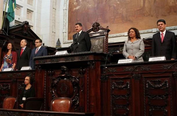Em ato solene, a ALERJ devolve mandatos a políticos perseguidos (Iara Pinheiro)