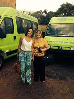 A prefeita Franciane e a secretária de Saúde Ana Cristina recebendo os veículos para atender aos pacientes (SECOM/PMS)