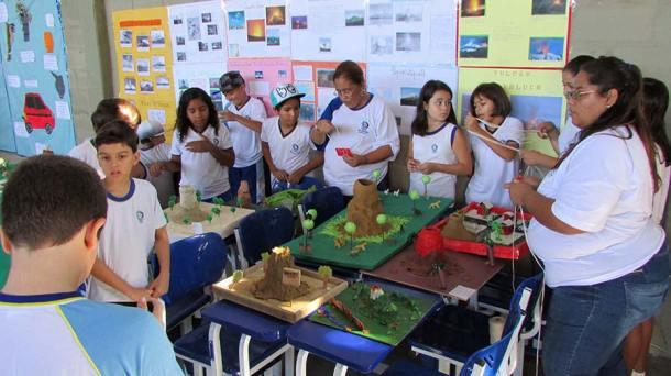 A interação dos alunos do Colégio Cenecista com o desenvolvimento da exposição. (Foto: Paulo Lulo)