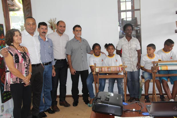 Regina Righi, Carlos Gontijo, Tião, Anderson Moura, Gilmar Magalhães, a professora Joana e os alunos do programa Olhar Ambiental (Foto: EDIMILSON SOARES)