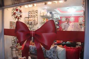 O Laço Vermelho na entrada da loja (Foto: Edimilson Soares)