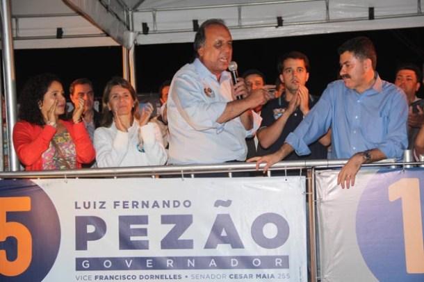 O governador Pezão elogia publicamente o deputado Paulo Melo (Foto: Edimilson Soares)