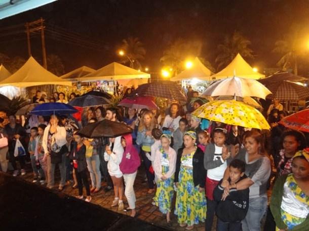 Mesmo debaixo de chuva o público não arredou pé da Feira Cultural com suas apresentações diversas (Foto: Edimilson Soares)