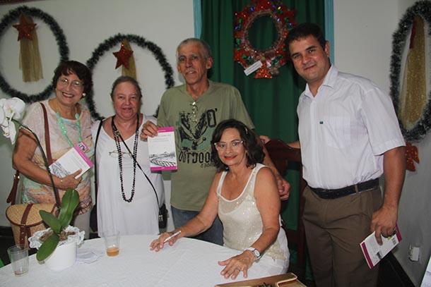 A poeta Beatriz Dutra, a jornalista Dulce Tupy, o pesquisador Herivelto Bravo Pinheiro e o professor Carlos Alexandre, com a autora do livro Cici, a verdadeira Yara (Foto: dimilson Soares)