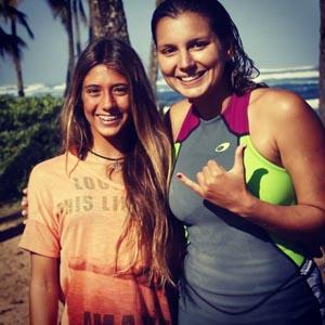 Carol Bonelli com Maya Gabeira no Havaí (Divulgação Facebook)