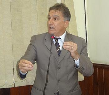 O vereador Chico Peres no papel de acusado, junto com o ex-prefeito, seu irmão