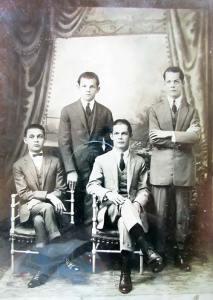 """Os quatro filhos de Francisco, da esquerda para a direita: Antônio e Achilles em pé, Casimiro e Manoel """"Nascimento"""" sentados"""