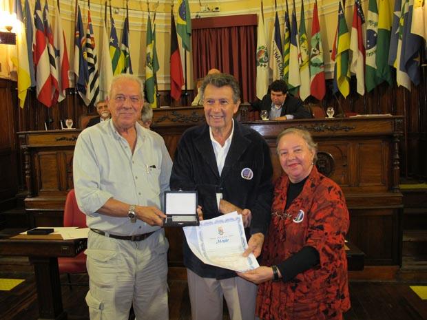 O ex-presidente do sindicato Gentil Lima recebe diploma e medalha das mãos do Dr.Silvio Lessa e da jornalista Dulce Tupy