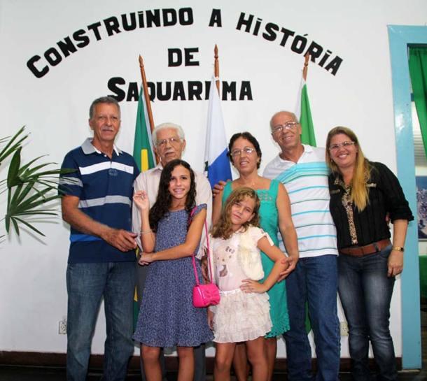 Porphirio Azeredo em família, com filhos, filha, nora e  netas, na homenagem prestada a saquaremenses ilustres  na Casa da Cultura Walmir Ayala. Foto: Edimilson Soares