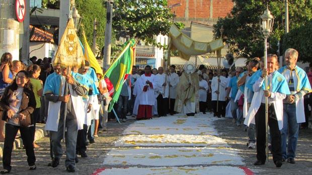 Na procissão do Corpus Christi, os tapetes de sal são feitos para que a imagem do Santíssimo, nas mãos do padre Mário, passe com o cortejo dos fiéis (Foto: Paulo Lulo)
