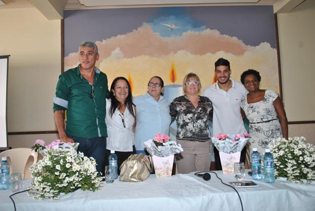 A secretária de Saúde Ana Cristina, abraçada ao vereador Guilherme Pitiquinho e a seus colegas que lutam pelo aperfeiçoamento do Sistema Único de Saúde, o SUS