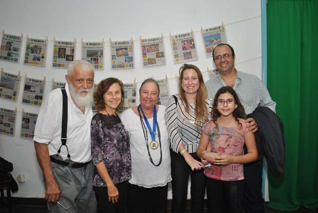 O casal Edimilson e Dulce posando com a psicóloga Sandra Mattos, mãe da redatora Alessandra Calazans, ao lado do marido e também jornalista Guilherme Stocchero e da filha Ariel