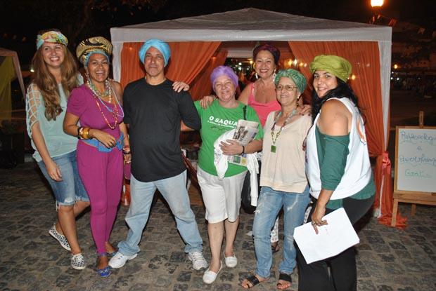 A genial Glauce Pimenta Rosa, a segunda da esquerda para a direita, fazendo a cabeça de todos e todas na Feira da Cultura, com seus turbantes coloridos