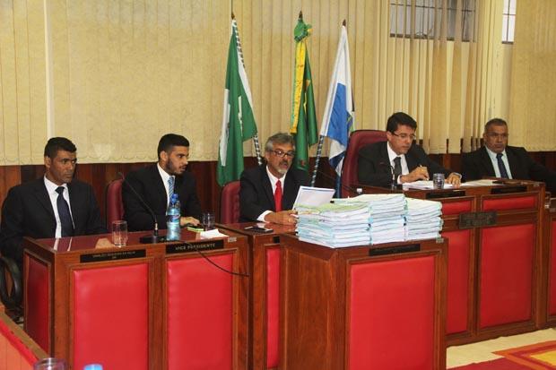 À cima, os vereadores da CPI: Kilinho, Pitiquinho, Paulo Renato, Rodrigo Borges e Matheus da Colônia, tendo em frente os 22 volumes do processo (Edimilson Soares)