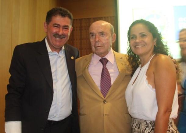 O vice-governador Dornelles com o casal Paulo Melo e Franciane Motta, prefeita de Saquarema