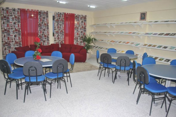 O espaço escolar foi planejado para o pleno desenvolvimento dos estudantes, como neste ambiente acolhedor da nova biblioteca, entre outros espaços educativos da escola inaugurada no Porto da Roça