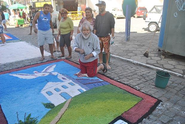 O artista plástico Nelson Sorama com a equipe da subsecretaria de Cultura fazendo o belíssimo tapete de sal, conforme a tradição que ele costuma manter todos os anos (Foto: Agenlo Quintela