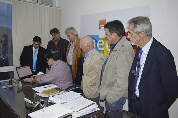 No lançamento do Prêmio Chico Mendes, a diretoria do Sindicato dos Jornalistas e José Haddad, presidente da Neltur, em Niterói (Foto: Divulgação)