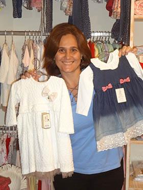 Cláudia Barbeito mostrando os vestidinhos encantadores da Free Baby