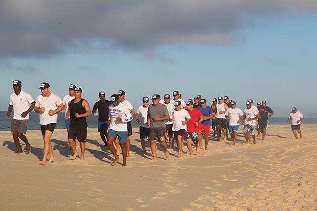 O grupo de guardas municipais que participou do curso, com exercícios de auto defesa, na areia da Praia de Barra Nova