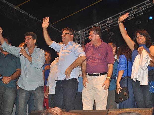 O candidato Pitico (PMDB) tem o aval do deputado Paulo Melo e da prefeita Franciane, além de uma vice carismática como Ana Paula, ex-secretária municipal de Educação (Foto: Edimilson Soares)