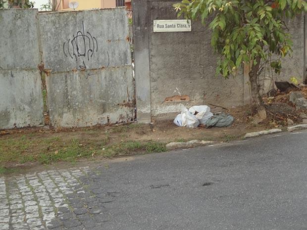 A Rua Santa Clara, em Rio Bonito, é pequena e estreita, difícil até de ser encontrada (Foto: Edimilson Soares)