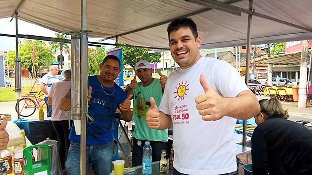 O candidato Thiago Cócaro, médico veterinário, disputa mais uma vez o cargo de prefeito de Saquarema, pelo PSOL, com uma campanha sem recursos, mas criativa (Foto: Divulgação/Facebook)