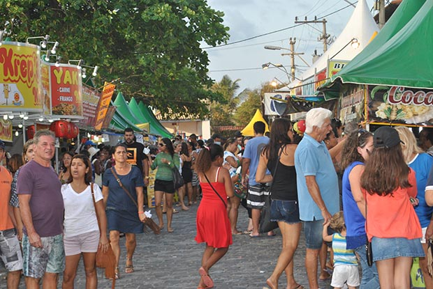 As ruas ficam repletas de barraquinhas com todos os tipos de comes e bebes, além de roupas e produtos diversos que encantam os visitantes