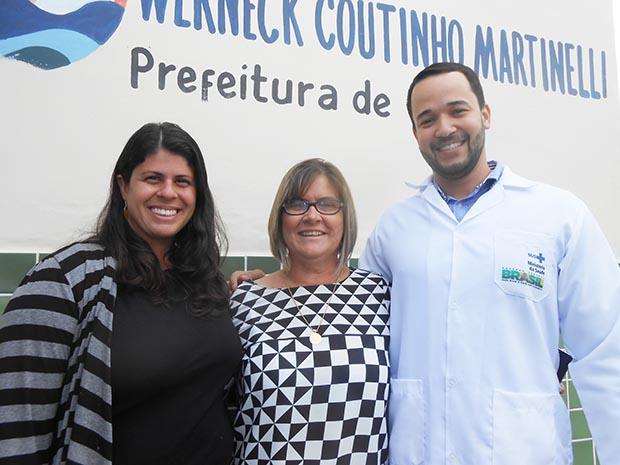 Beatriz, supervisora vinculada à UFRJ, a secretária municipal de saúde Ana Cristina e o médico de família Dr. Rodrigo, formado em Cuba