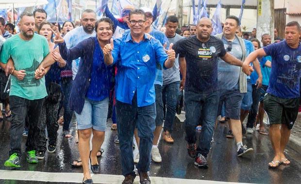 Até debaixo de chuva, a campanha de Pitico e Ana Paula avança na caminhada gigantesca que promoveu no centro de Bacaxá (fotos: Facebook/Divulgação)